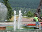 Алея памяти. Дети и фонтан